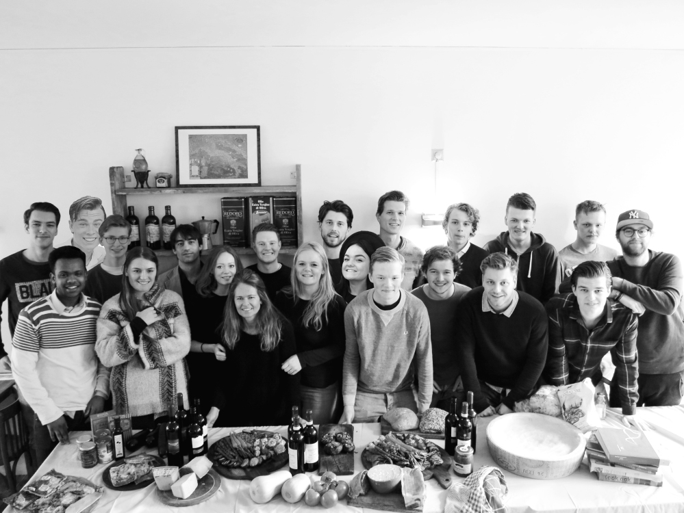 Personeel Mangiare Rotterdam met Italiaanse producten zoals Anti Pasti Pasta Parmigiano wijnen